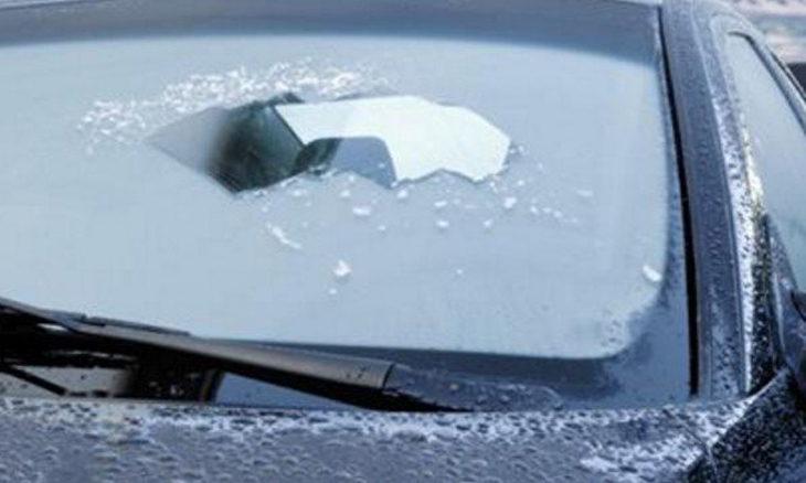 Come rimuovere il ghiaccio dal parabrezza